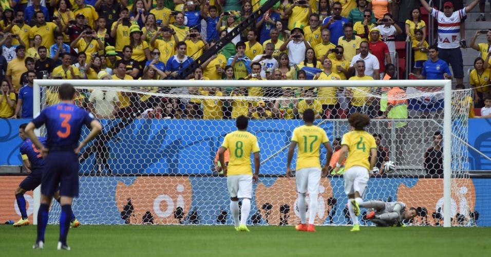 12.jul.2014 - Van Persie cobra pênalti e marca para a Holanda aos três minutos do primeiro tempo, contra o Brasil, no Mané Garrincha