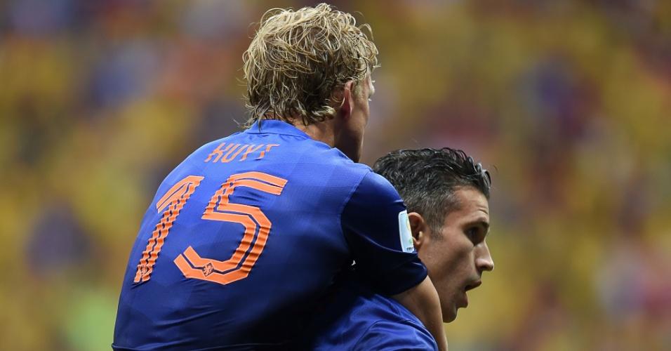 12.jul.2014 - Van Persie comemora com Kuyt após colocar a Holanda na frente do placar contra o Brasil, no Mané Garrincha