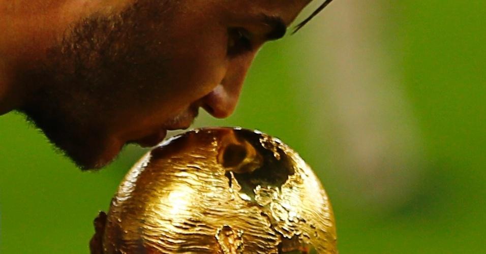 Autor do gol do título, Mario Götze beija a taça no Maracanã