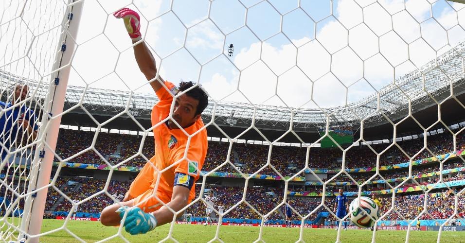 Buffon olha para a rede, em busca da bola que entrou no gol da Costa Rica na Arena Pernambuco
