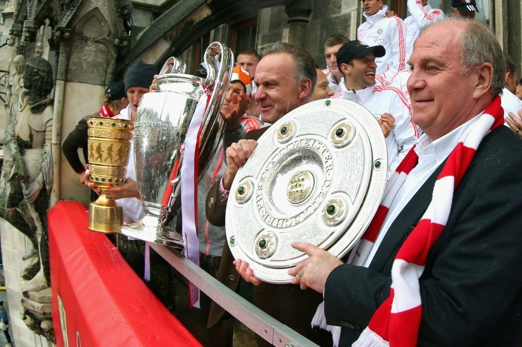 Diretor executivo do Bayern de Munique, Karl-Heinz Rummenigge, e o presidente do clube, Uli Hoeness, com o troféu do titulo alemao de 2013