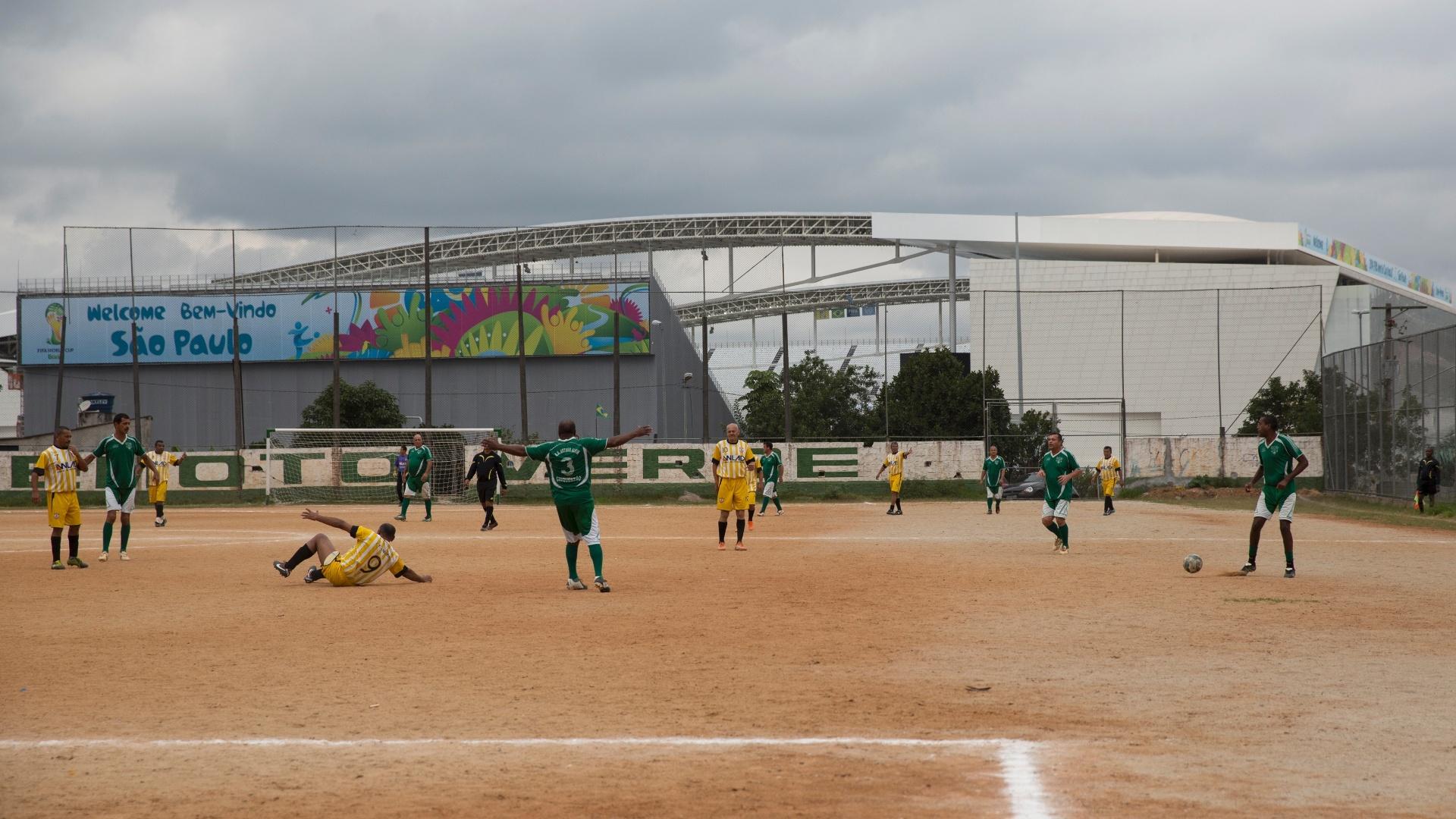 Em São Paulo, o estádio do Corinthians fica ao lado de uma série de terrões em Arthur Alvim