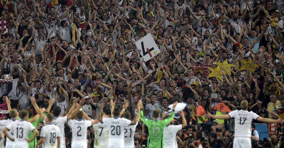 Jogadores da Alemanha celebram com a torcida o tetrcampeonato no Maracanã