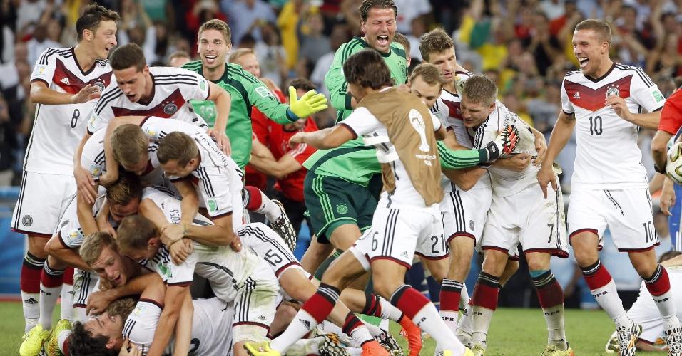 Jogadores da Alemanha comemoram a conquista do título da Copa no Maracanã