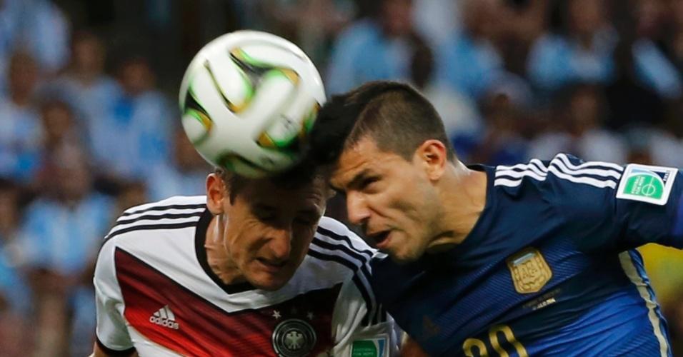 Klose e Aguero dividem bola no alto na decisão da Copa