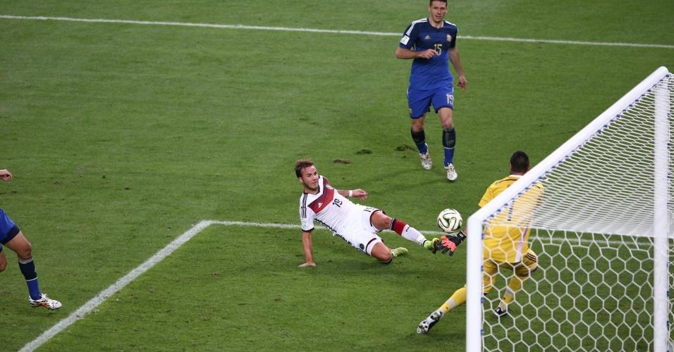 Mario Götze tira do goleiro para fazer o gol da Alemanha na prorrogação da final