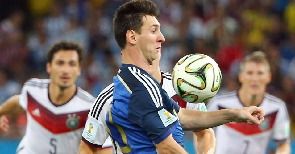 Messi mata a bola no peito, observado pelos marcadores alemães