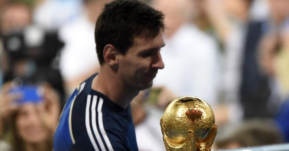 Messi passa pela taça para receber seu prêmio de melhor jogador da Copa