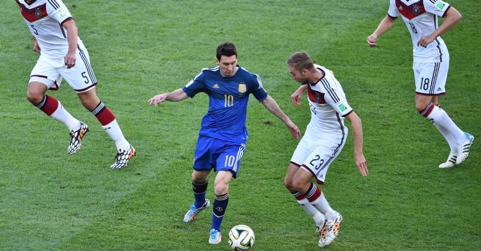 Messi tenta escapar da dura marcação alemã