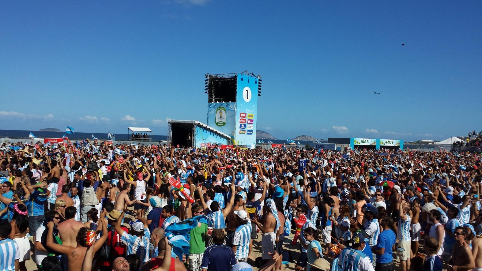 Na Fan Fest de Copacabana é possível ver mais torcedores com a camisa da Argentina antes da final