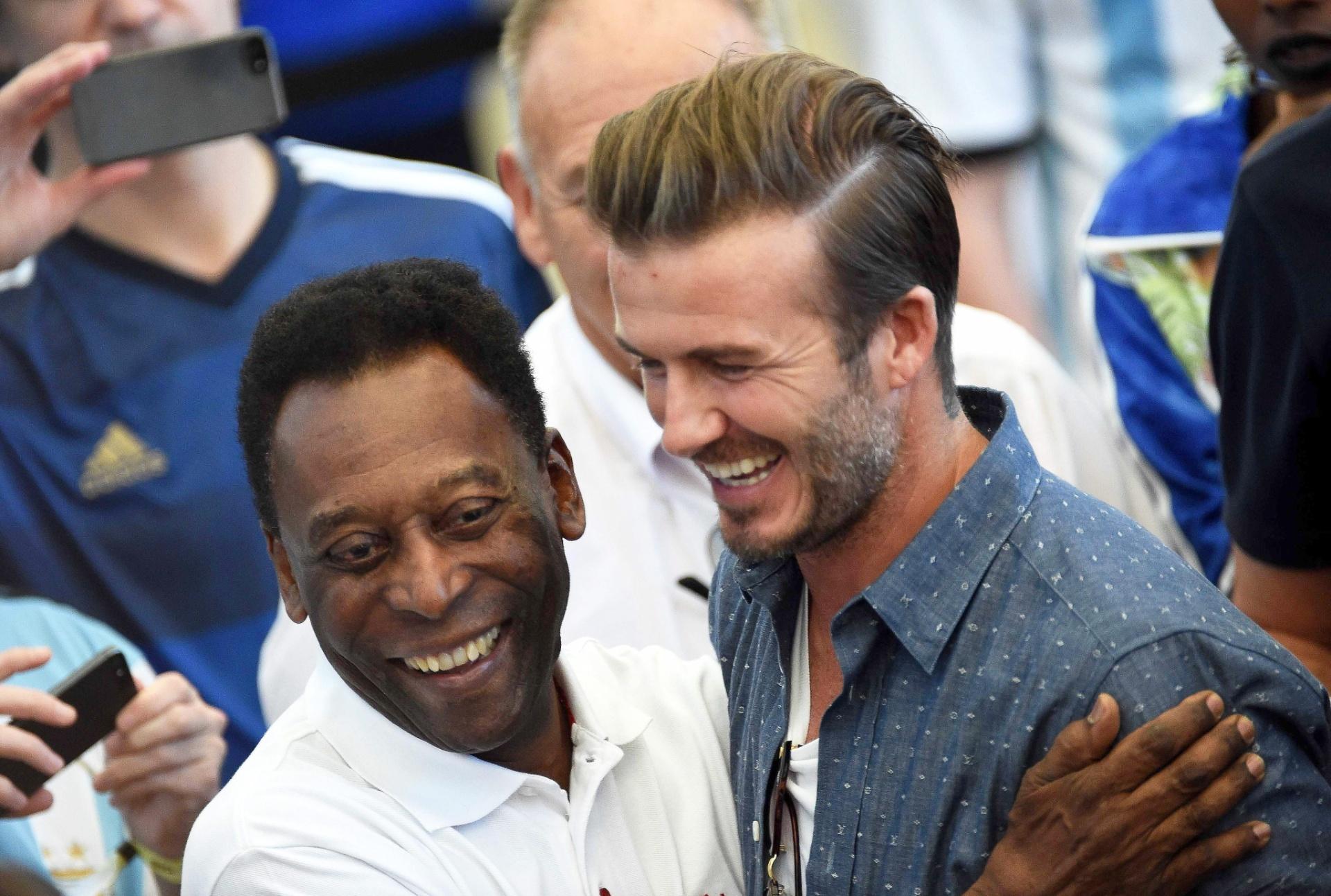 Pelé e David Beckham se cumprimentam no Maracanã antes da final da Copa