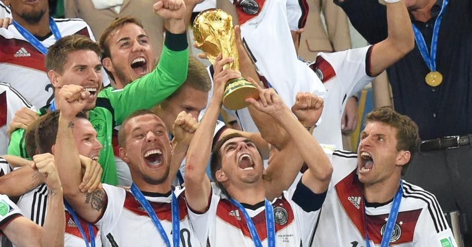 Philip Lahm levanta a taça do título da Alemanha no Maracanã