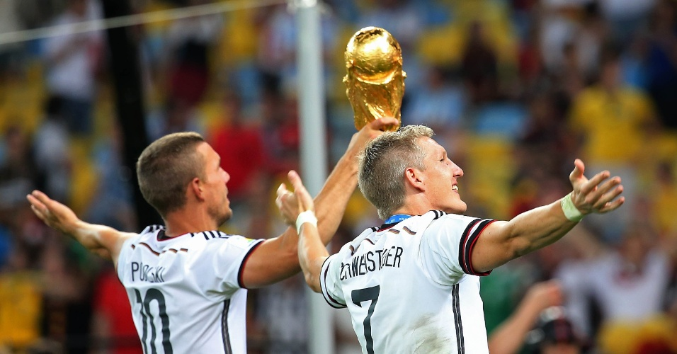 Podolski e Schweinsteiger comemoram o título com a taça no Maracanã