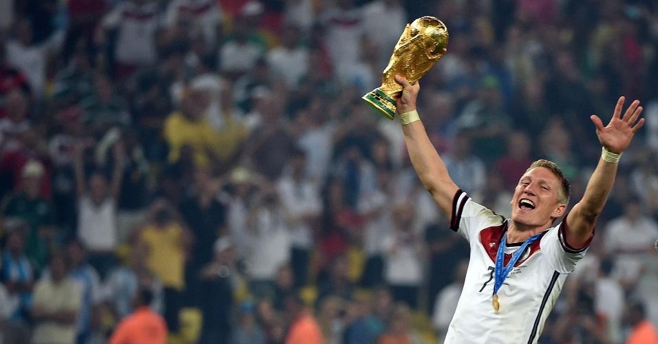 Schweinsteiger comemora título com a taça no Maracanã