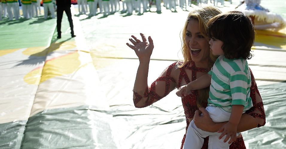 Shakira carrega o filho Milan no colo após cantar na cerimônia de encerramento da Copa, no Maracanã