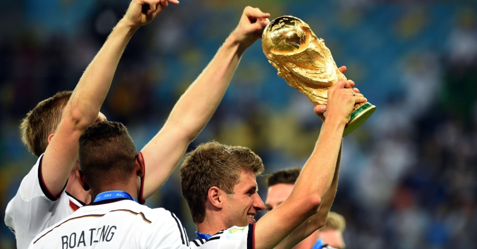 Thomas Müller ergue a taça de campeão do mundo no Maracanã