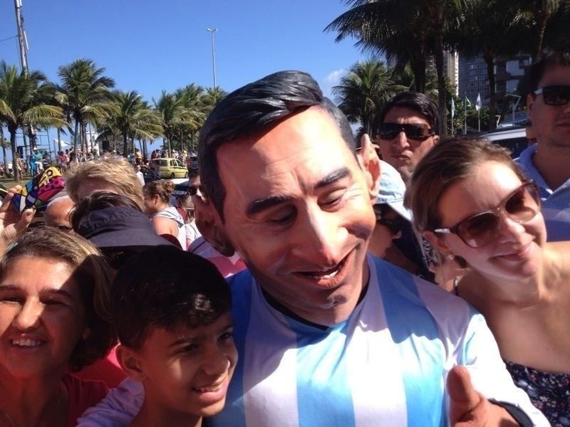 Torcedor argentino se fantasia de Messi na frente do hotel da seleção no Rio de Janeiro