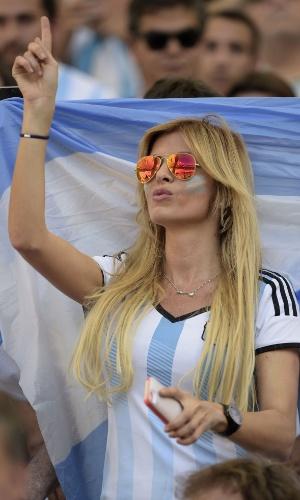 Torcedora argentina entra no clima da final na arquibancada do Maracanã