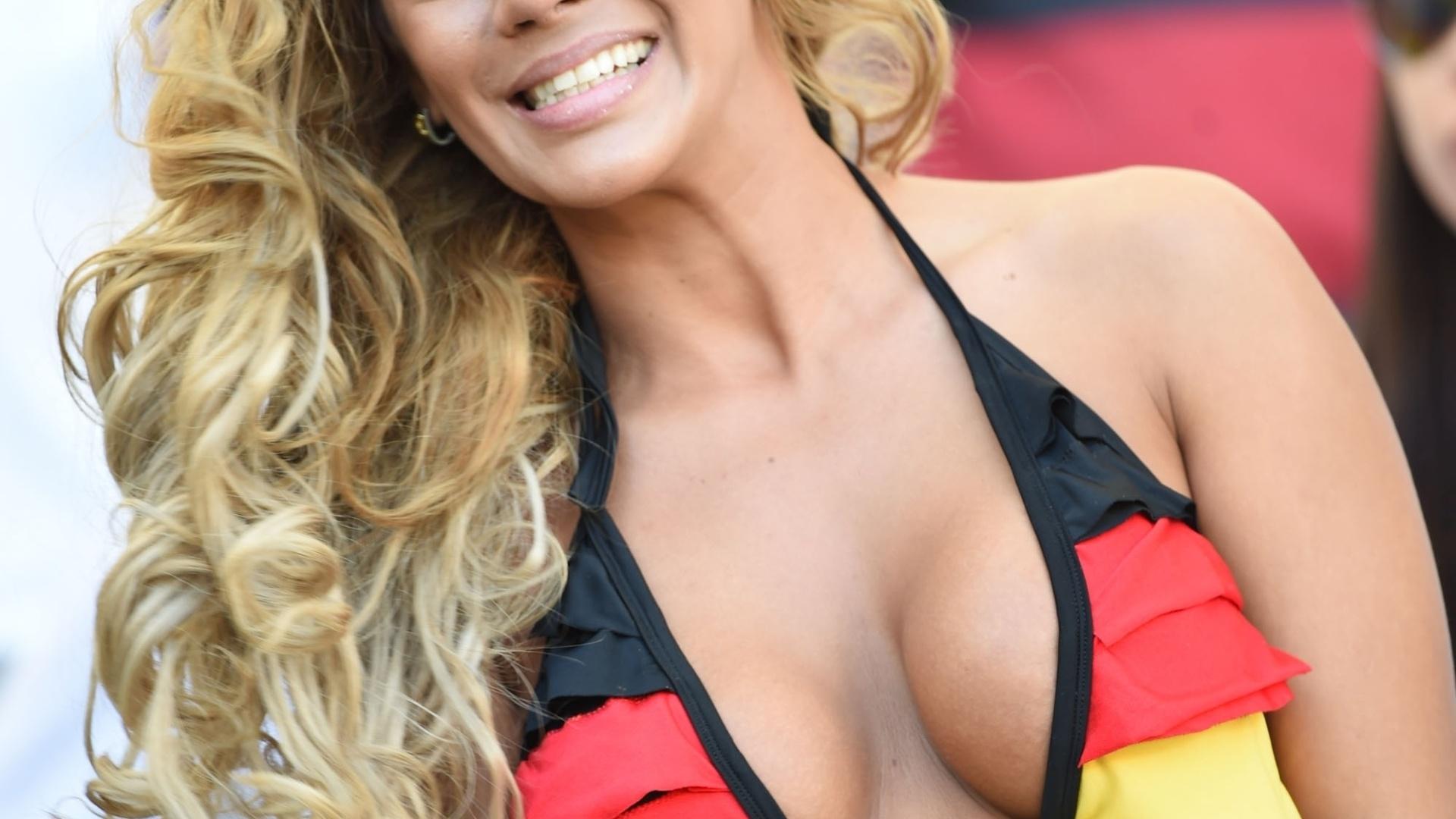 Torcedora usa biquíni com as cores da Alemanha durante final contra a Argentina