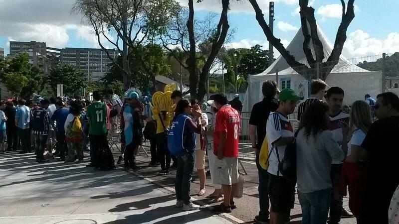 Torcedores fazem fila à espera da abertura dos portões do Maracanã para a final da Copa do Mundo entre Alemanha e Argentina