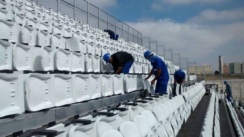 14.jul.2014 - Cadeiras começam a ser retiradas de arquibancadas provisórias do Itaquerão