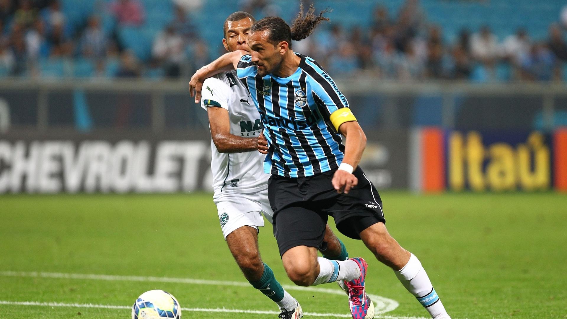 16.jul.2014 - Barcos tenta se livrar da marcação em ataque do Grêmio na partida contra o Goiás pela 10ª rodada do Campeonato Brasileiro