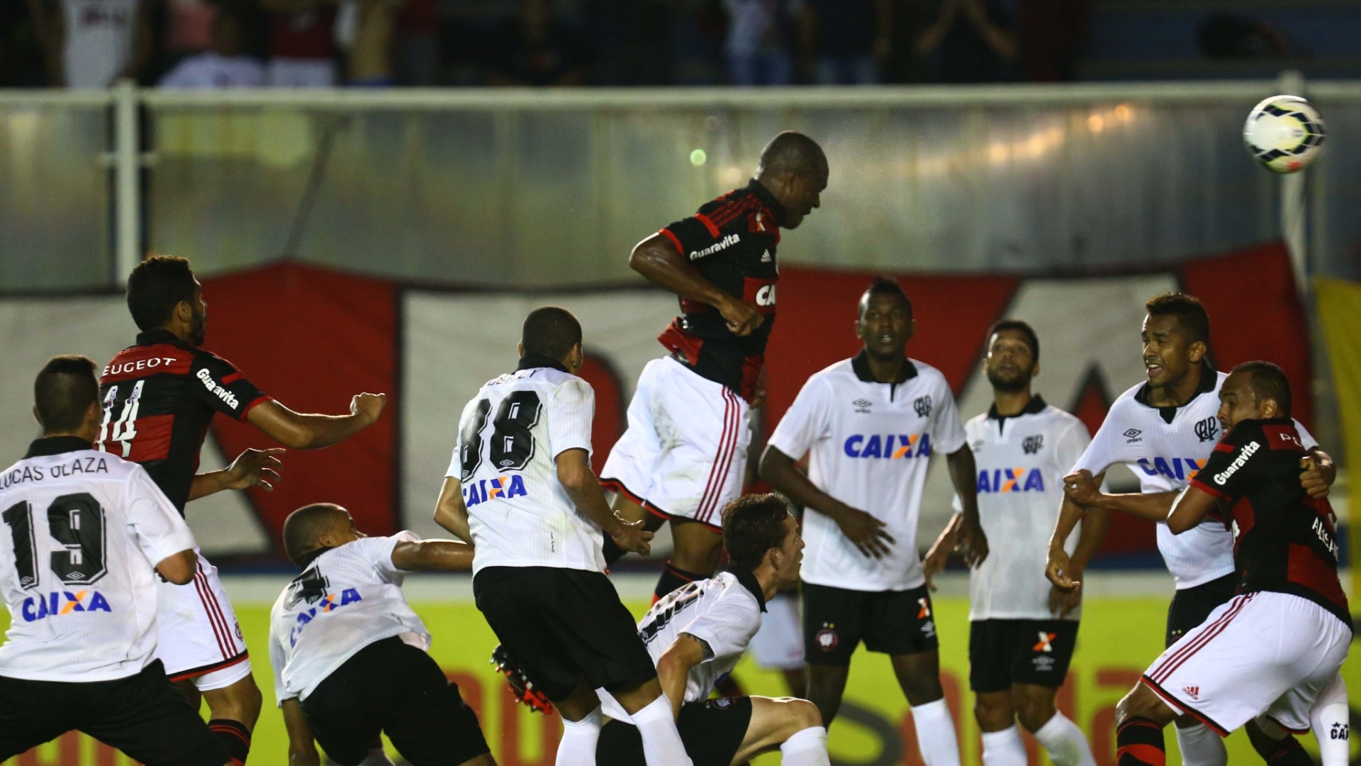 16.jul.2014- Samir salta para empatar para o Flamengo contra o Atlético-PR no Moacyrzão, em Macaé