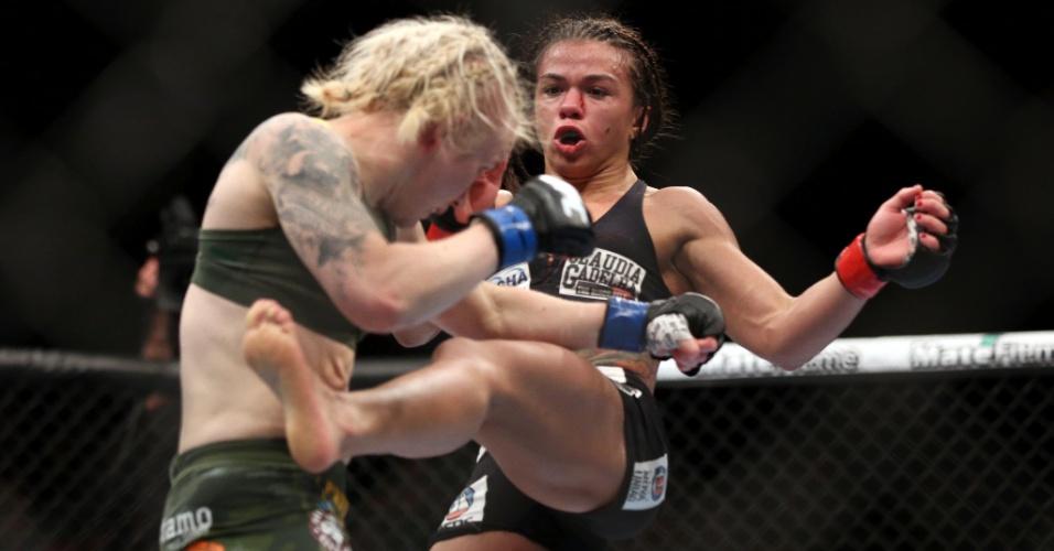 Claudia Gadelha acerta chute em Tina Lahdemaki; brasileira estreou com vitória sobre por pontos no UFC