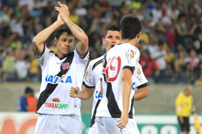 Kleber comemora seu primeiro gol pelo Vasco, durante goleada sobre o Santa Cruz