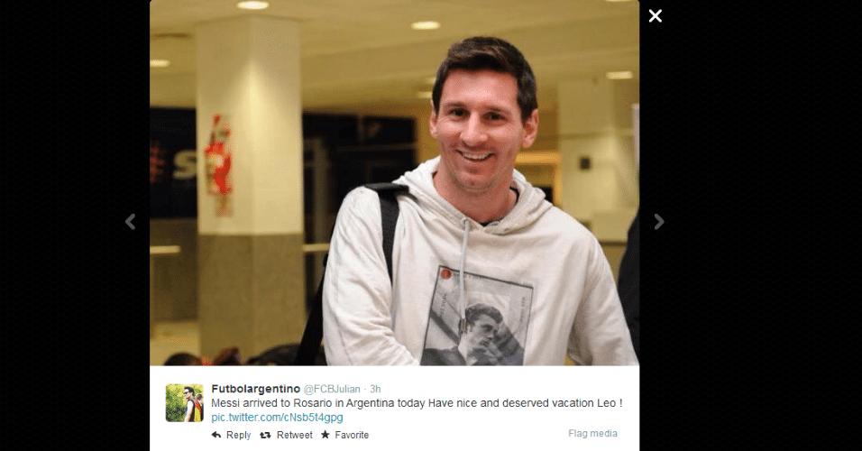 Messi chega sorridente para férias em Rosário, na Argentina
