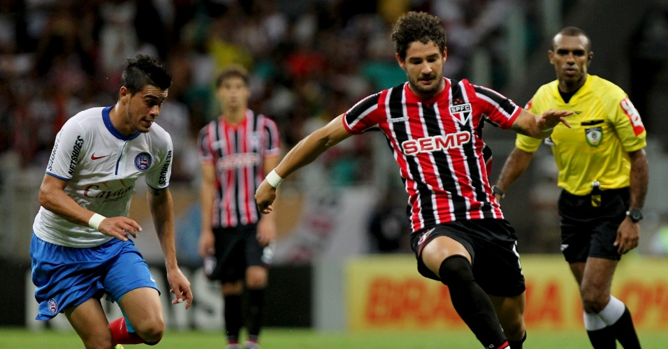 Alexandre Pato faz jogada para o São Paulo contra o Bahia pelo Brasileirão