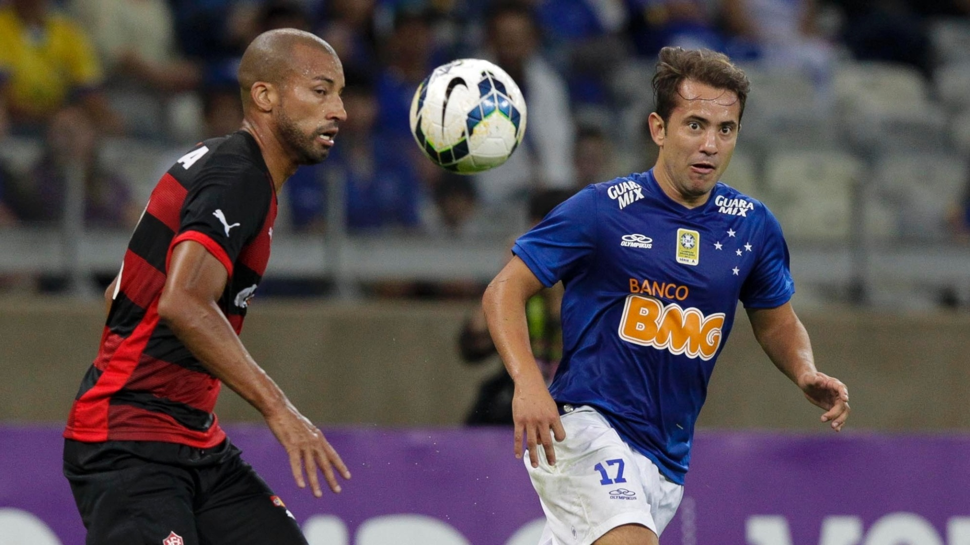 Everton Ribeiro disputa bola com jogador do Vitória pelo Campeonato Brasileiro