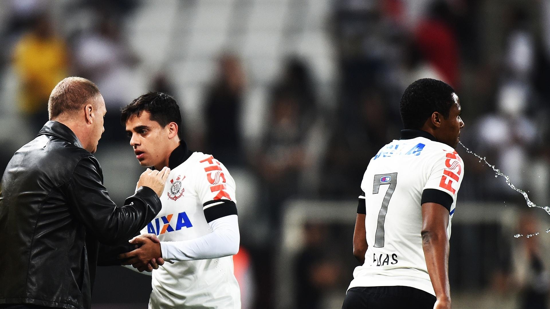 Mano Menezes orienta Fagner durante jogo contra o Internacional (17.jul.2014)