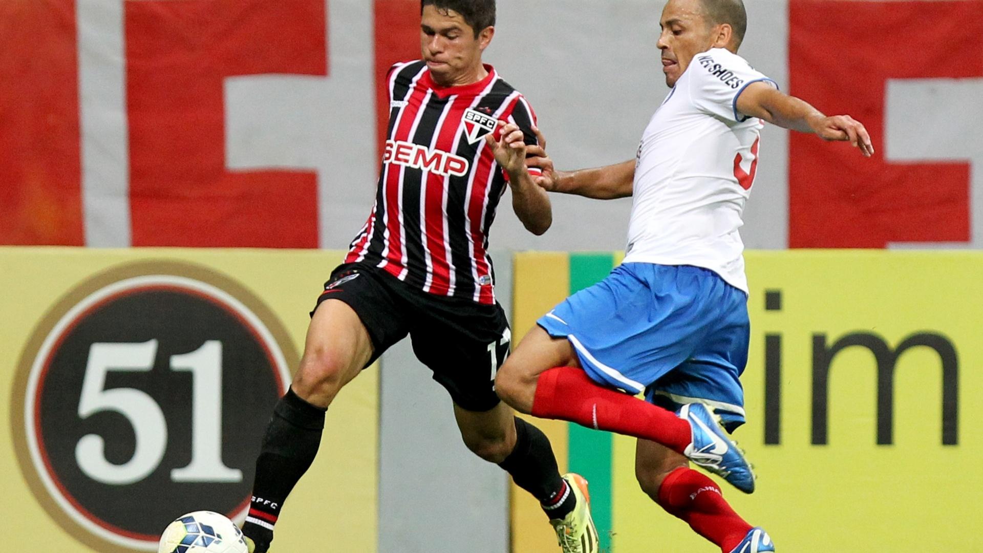 Osvaldo encara a marcação do Bahia no duelo do São Paulo pelo Brasileirão