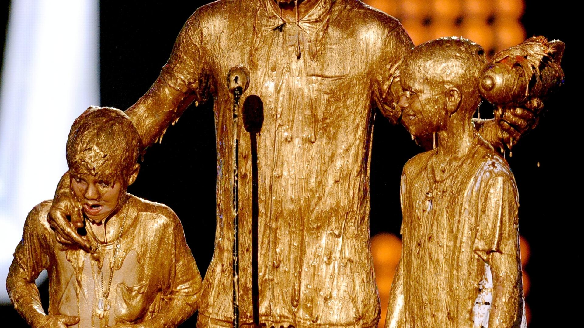 David Beckham e seus filhos tomam banho de ouro em evento nos EUA