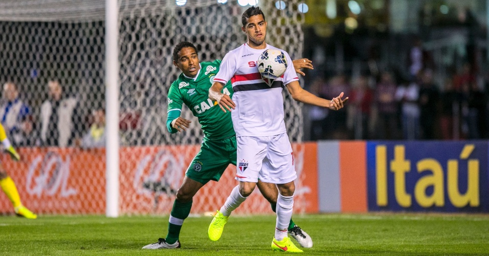 Alan Kardec tenta proteger a bola contra a marcação da Chapecoense em jogo no Morumbi
