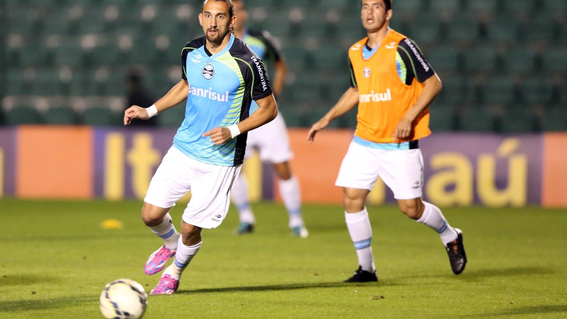 Atacante Barcos participa de aquecimento do Grêmio antes de jogo contra o Figueirense