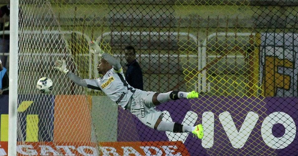 Jefferson, goleiro do Botafogo, cai para fazer defesa e evitar gol do Coritiba
