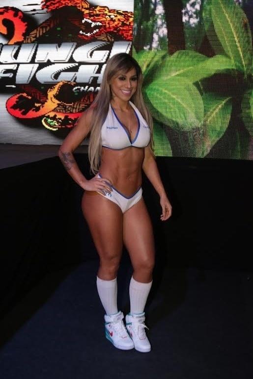 Campeã do BBB Vanessa posa durante seu trabalho como ring girl do Jungle Fight em São Paulo, neste sábado (20/07)