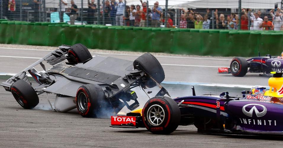 20.jul.2014 - Carro de Felipe Massa capota após choque com Magnussen na primeira curva do GP da Alemanha, vencido por Rosberg