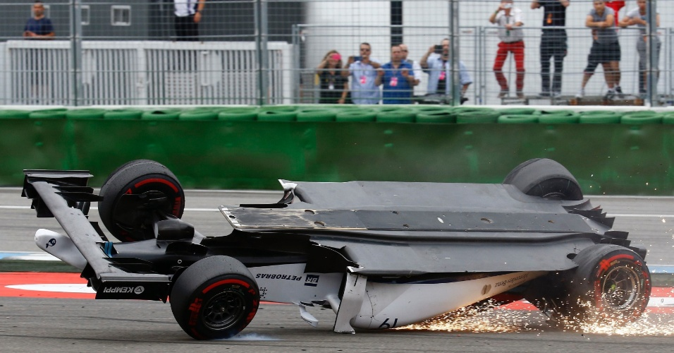 Carro de Felipe Massa se arrasta no chão após capotar com choque no veículo de Magnussen