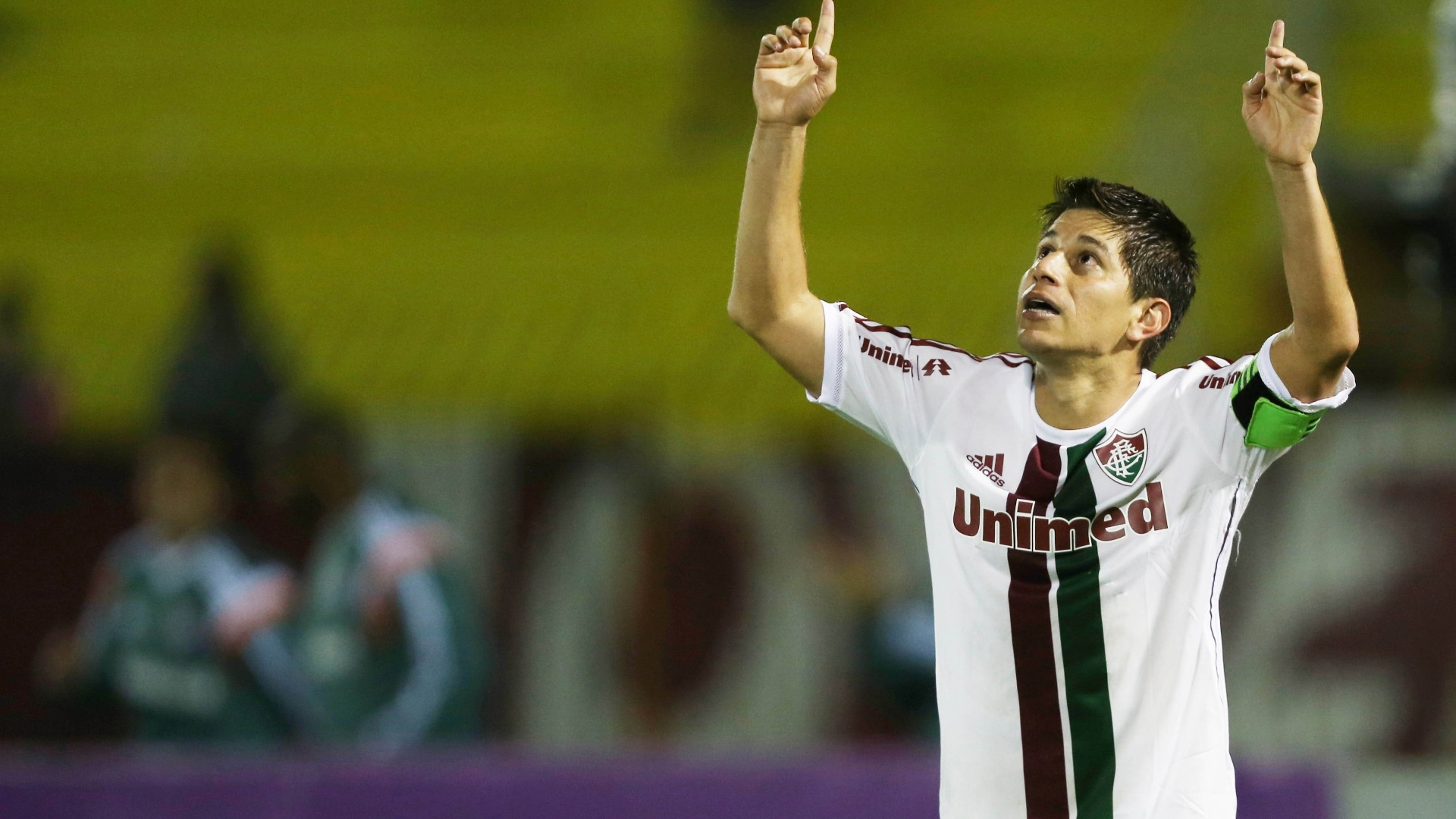 Conca aponta para o céu durante comemoração do único gol na vitória sobre o Santos, em Volta Redonda