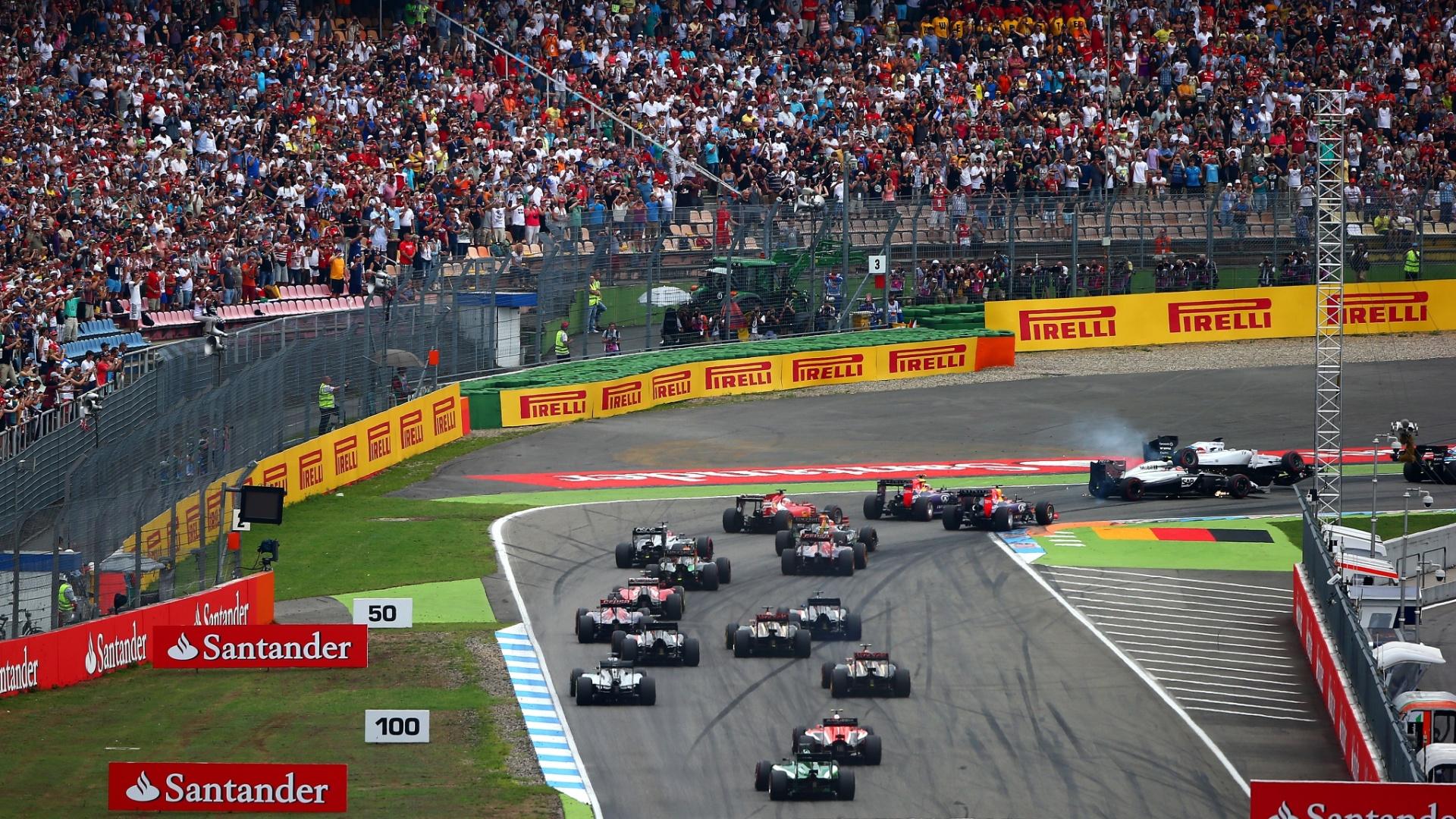 20.jul.2014 - Felipe Massa se choca com Magnussen na primeira curva do GP da Alemanha, capota e fica de fora da corrida vencida por Rosberg
