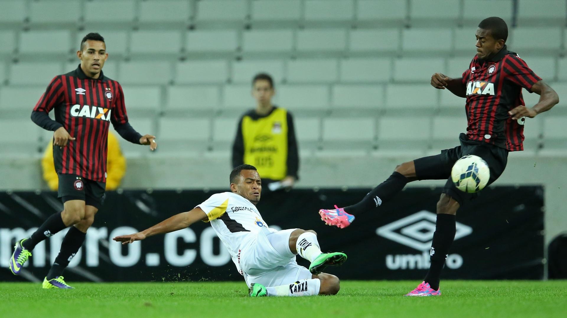 João Vitor, do Criciúma, divide lance com Marcelo durante jogo contra o Atlético-PR