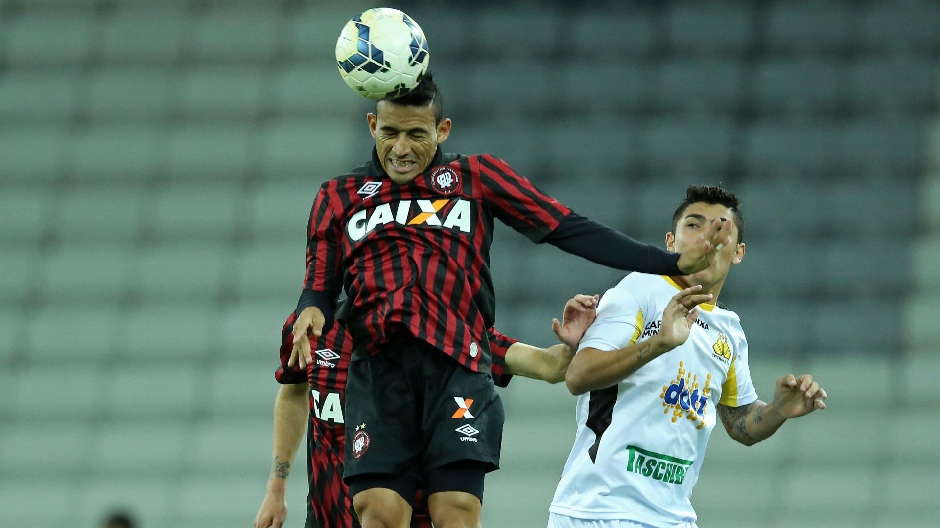 Natanael, do Atlético-PR, sobe firme e ganha disputa pelo alto durante jogo contra o Criciúma