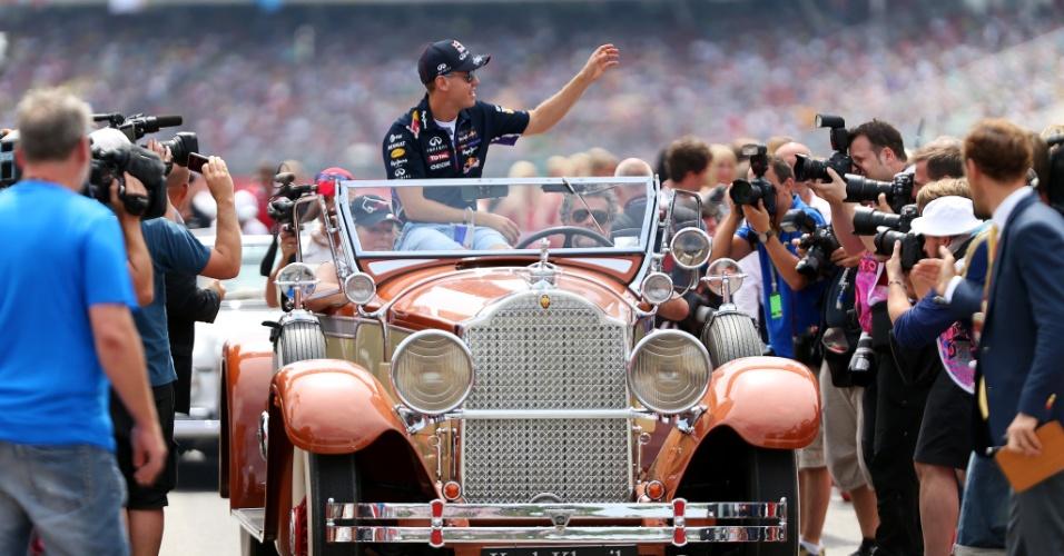 20.jul.2014 - Sebastian Vettel participa do desfile de pilotos antes do início do GP da Alemanha