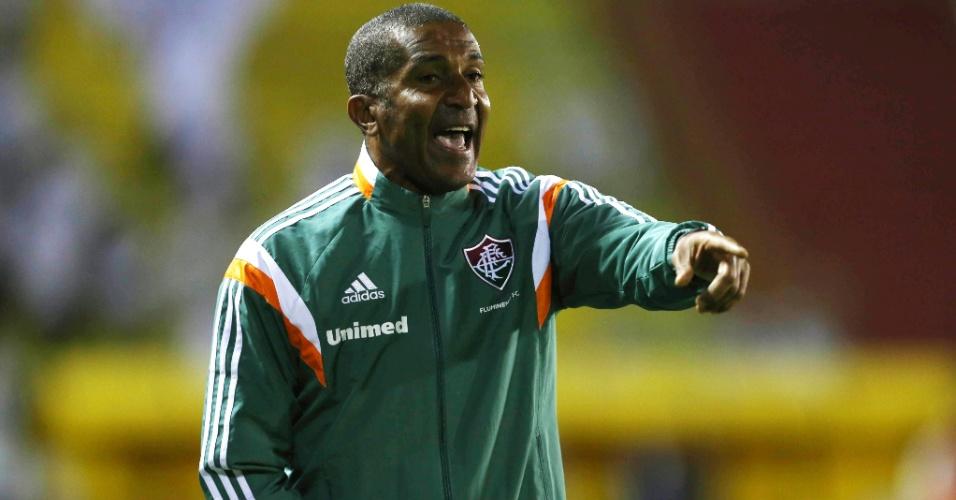 Técnico Cristóvão Borges orienta time do Fluminense durante jogo contra o Santos