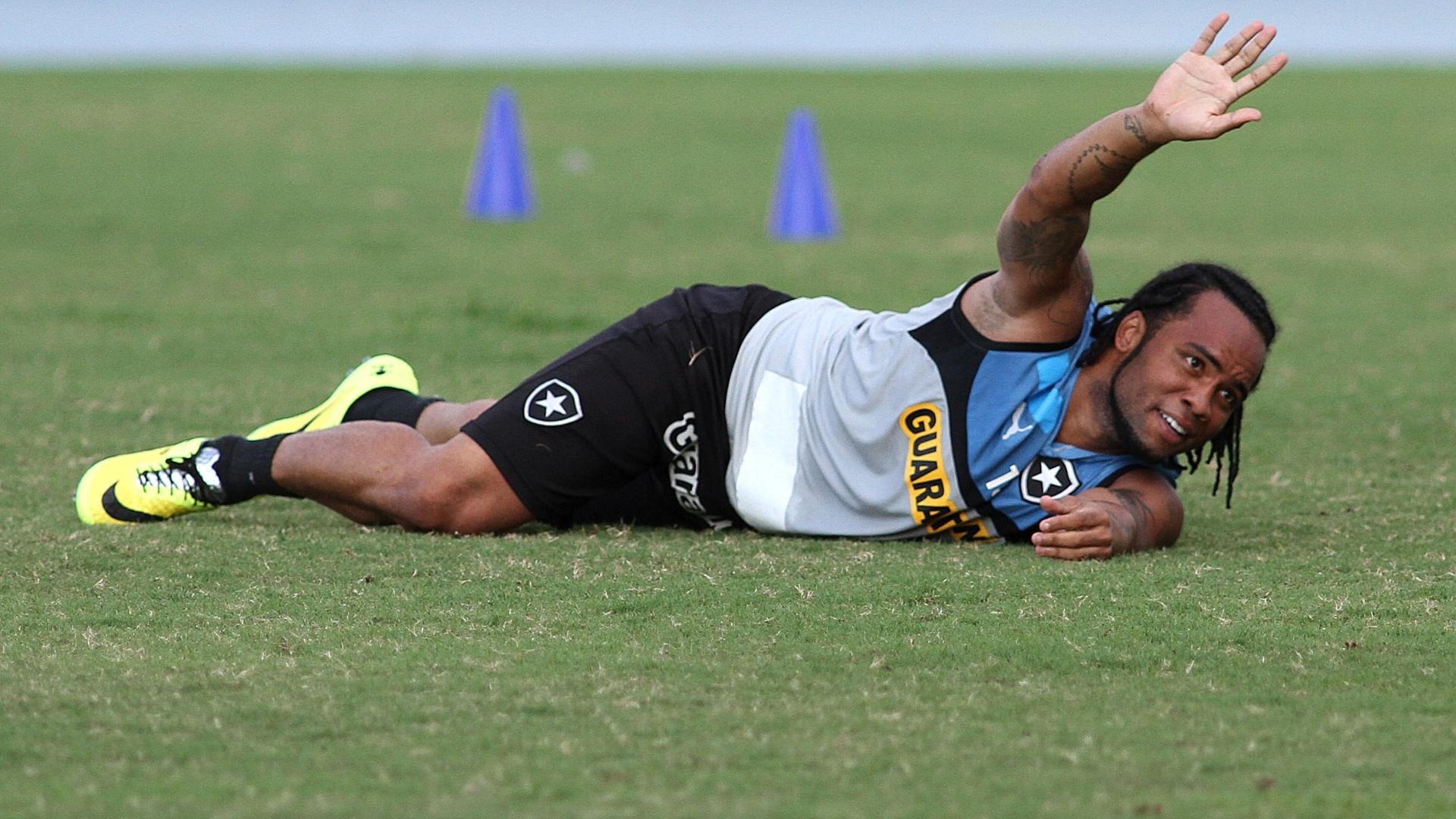 Carlos Alberto brinca durante treinamento do Botafogo no Engenhão