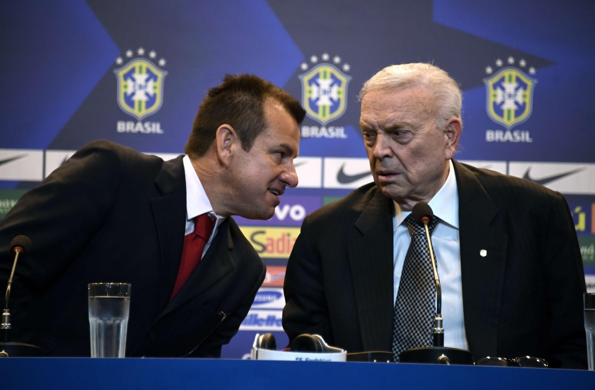 Dunga e José Maria Marin conversam durante a coletiva de apresentação do técnico pela CBF