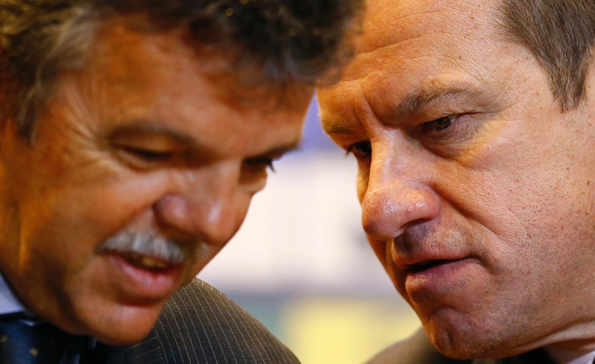Gilmar Rinaldi, coordenador geral da CBF, e Dunga, técnico da seleção, conversam na apresentação do treinador